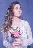 Piękna dziewczyna w białym peignoir z bukietem kwiaty Fotografia Stock