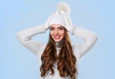 Piękna dziewczyna w białym pulowerze Fotografia Royalty Free