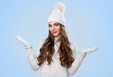 Piękna dziewczyna w białym pulowerze Zdjęcia Royalty Free