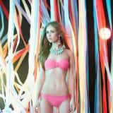 Piękna dziewczyna w bikini na przyjęciu Obrazy Stock