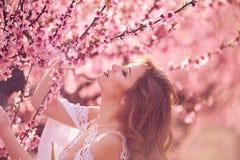 Piękna dziewczyna w brzoskwinia ogródzie obrazy royalty free