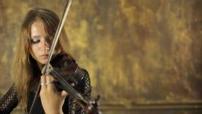 Piękna dziewczyna w czerni sukni bawić się skrzypce zbiory wideo