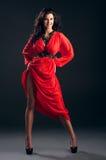 Piękna dziewczyna w czerwieni sukni obraz royalty free