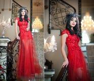 Piękna dziewczyna w długiej czerwieni smokingowy pozować w rocznik scenie. Młoda piękna kobieta jest ubranym czerwoną suknię w luk Fotografia Stock