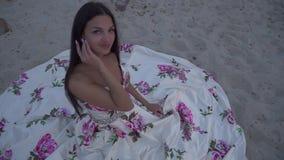 Piękna dziewczyna w długiej wieczór sukni zbiory