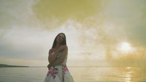 Piękna dziewczyna w długiej wieczór sukni w koloru dymu zbiory wideo