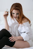 Piękna dziewczyna w depresji w białej sypialni zdjęcie stock
