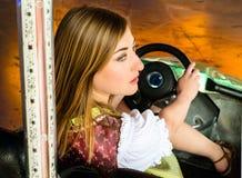 Piękna dziewczyna w elektrycznym rekordowym samochodzie przy obraz royalty free