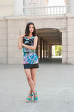 Piękna dziewczyna w jaskrawej sukni przy miastowym tłem Zdjęcie Stock