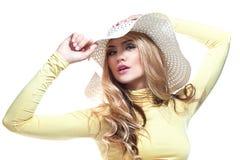 Piękna dziewczyna w kapeluszu cieszy się słońce na plaży obraz royalty free