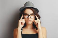 Piękna dziewczyna w kapeluszu i szkłach zdjęcie royalty free