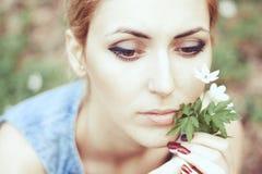 Piękna dziewczyna w kapeluszu z biały wiosna kwitnie Fotografia Royalty Free