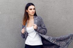 Piękna dziewczyna w kardiganie plenerowych koszula i Zdjęcie Stock