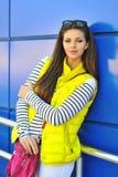 """PiÄ™kna dziewczyna w kolorowych ubraÅ"""" plenerowym ulicznym portrecie zdjęcie royalty free"""