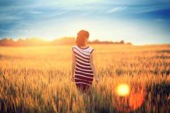 Piękna dziewczyna w koloru żółtego polu zdjęcie stock