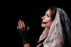Piękna dziewczyna w magdalenki okropnym kostiumu składał ona ręki tak jakby czytał modlitwę Kobieta z makeup dla Halloween fotografia stock