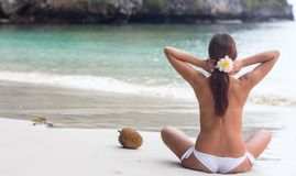 Piękna dziewczyna w morzu na słonecznym dniu Obrazy Royalty Free