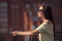 Piękna dziewczyna w okularach przeciwsłonecznych cieszy się świeżość zdjęcie stock