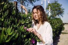 Piękna dziewczyna w parku, kobieta z kędzierzawym włosy Lato stylu życia mody pogodny portret młoda elegancka modniś kobieta, jes obraz stock
