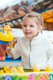 Piękna dziewczyna w parku rozrywki łapać zabawkarskiej kaczki fotografia stock