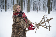 Piękna dziewczyna w parku w zimie, dziewczyna w futerkowym żakiecie Zdjęcia Royalty Free