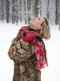 Piękna dziewczyna w parku w zimie, dziewczyna w futerkowym żakiecie Obrazy Royalty Free