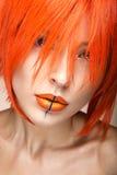 Piękna dziewczyna w pomarańczowej peruki cosplay stylu z jaskrawymi kreatywnie wargami Sztuki piękna wizerunek Obraz Stock
