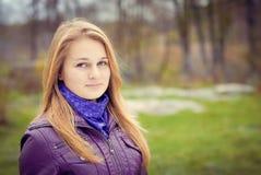 Piękna dziewczyna w purpurowej kurtce ma przespacerowanie wewnątrz obraz royalty free