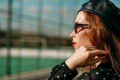 Piękna dziewczyna w rocznik kropki smokingowy pozować dla fotografa obraz royalty free