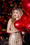 Piękna dziewczyna w seksownej sukni na studiu w ballons tle zdjęcie royalty free