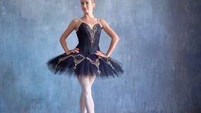 Piękna dziewczyna w spódniczki baletnicy pozach dla kamery przy balet szkołą Rosyjski Balet Szkoła balet w Rosja _ zbiory wideo