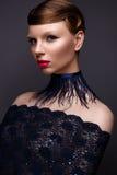 Piękna dziewczyna w stylowym Gatsby z kołnierzem piórka i koronkowy błękit ubieramy Modeluje z fryzurą od 20's 20t Fotografia Royalty Free
