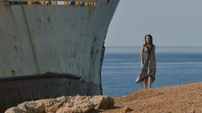 Piękna dziewczyna w sukni cieszy się zaniechanego statek blisko morza zdjęcie wideo