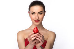 Piękna dziewczyna w sukni z perfect uśmiechu łasowania czerwieni truskawką Portret nagiej postaci makijaż zdrowa żywność odosobni Fotografia Royalty Free
