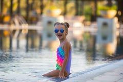 Piękna dziewczyna w swimsuit pływa w basenie latem obrazy royalty free