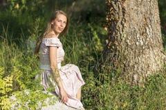 piękna dziewczyna w terenie Kobiety siedzą na skale, cieszący się outdoors i słońce Zdjęcia Stock