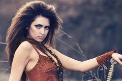 Piękna dziewczyna w ubraniach amazonka z swor lub Viking, obrazy royalty free