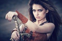 Piękna dziewczyna w ubraniach amazonka z swor lub Viking, obraz royalty free