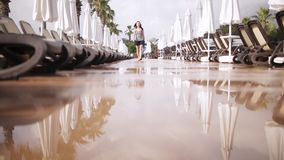 Piękna dziewczyna w ubraniach z plecaka odprowadzeniem blisko basenu i zbiory