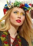 Piękna dziewczyna w Ukraińskiego obywatela smokingowy pozować Zdjęcie Stock