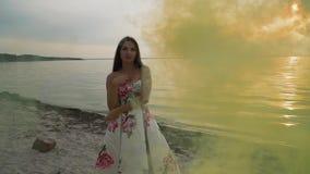 Piękna dziewczyna w wieczór sukni w koloru dymu zbiory wideo