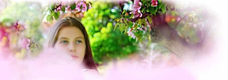 Piękna dziewczyna w wiosny środowisku Obrazy Stock
