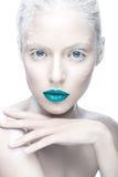 Piękna dziewczyna w wizerunku albinos z błękitnymi wargami i bielem ono przygląda się Sztuki piękna twarz Fotografia Royalty Free