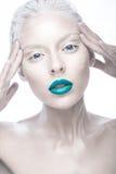 Piękna dziewczyna w wizerunku albinos z błękitnymi wargami i bielem ono przygląda się Sztuki piękna twarz Zdjęcia Stock