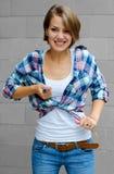 Piękna dziewczyna wiąże jego koszula w złości Fotografia Royalty Free