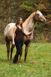 Piękna dziewczyna z ładnej sukni pozycją obok ładnego konia Fotografia Stock
