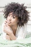 Piękna dziewczyna z afro relaksować Zdjęcia Stock