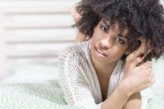 Piękna dziewczyna z afro relaksować Fotografia Stock
