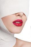 Piękna dziewczyna z bandażującą twarzą Zdjęcia Stock