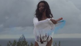 Piękna dziewczyna z barwionym dymem zbiory wideo